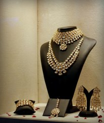 Alluring jewellery set with diamond polkis at JJS '12